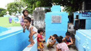 Lapset leikkivät hautausmaalla