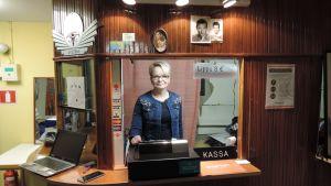 Maija Saarinen on luotsannut Järvelän Kinon elokuvateatteria vuodesta 2004.