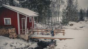 Ambrosia Valorrihi kävelmässä siltaa pitkin saunalle.