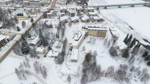 Sairaalanniemessä on tyhjäksi jäänyt ja osin suojeltu Rovaniemen terveyskeskus, jossa alunperin toimi Lapin keskussairaala.