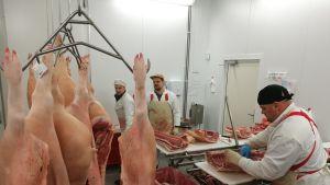 Hokunin maatilan teurastamossa Vehmaalla kinkkua leikataan aamusta iltaan.