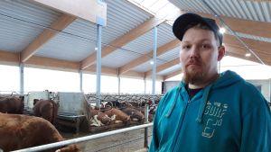 Maatalousyrittäjä Juha Rajalan mukaan laskin on talikkoa tärkeämpi työväline nykymaatilalla.
