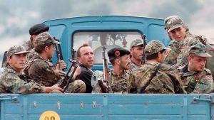 Kosovon vapautusarmeijan taistelijoita kuvattuna Morinassa.