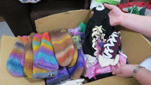 Joululahjoiksi lahjoitettuja villasukkia ja lapasia.
