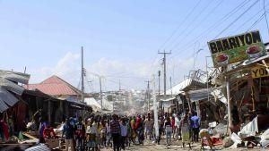 Ihmiset kerääntyvät autopommi-iskun tapahtumapaikalle Mogadishussa.