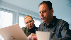 Katri ja Jukka Ollila tutkailevat tietokonetta