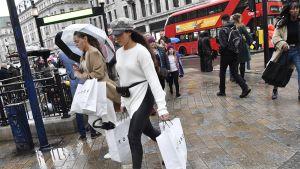 Shoppailijoita Oxford Streetilla Lontoossa 7. joulukuuta.