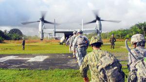 Yhdysvaltalaisia sotilaita menossa sotilashelikopteriin Liberiassa.
