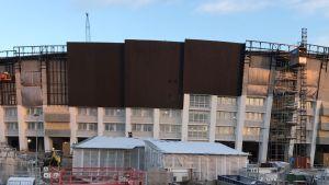 Olympiastadionin julkisivua remontoidaan.