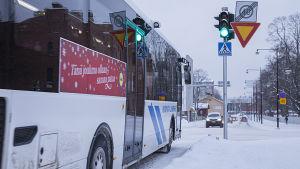Bussi vihreissä valoissa.