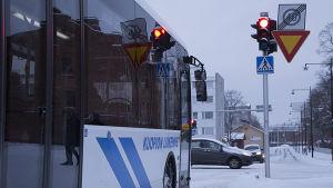 Bussi punaisissa valoissa.