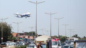 Lentoyhtiö IndiGon kone laskeutumassa Chhatrapti Shivajin lentokentälle Mumbaissa.