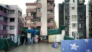 Pyykit kuivuvat talon katolla Hongkongin Sham Shui Pon kaupunginosassa.