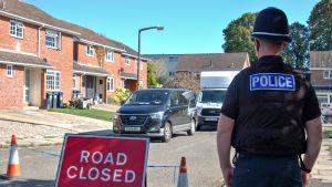Poliisi seisoo Skripalien asunnon edessä vartiossa Salisburyssä.
