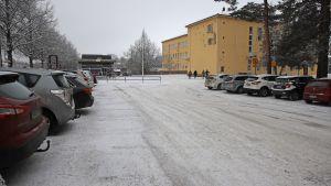 Kivimaan peruskoulun parkkipaikka.