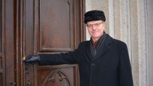 Arkkipiispa Tapio Luoma Turun tuomiokirkon ovella.