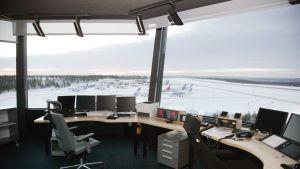 Rovaniemen lentoaseman lennonjohtotorni.