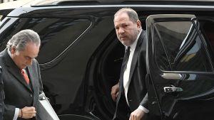 Harvey Weinstein (oik.) ja asianajaja Benjamin Brafman saapuivat New Yorkin oikeustalolle torstaina.