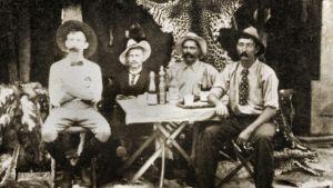 Miehiä vanhassa kuvassa