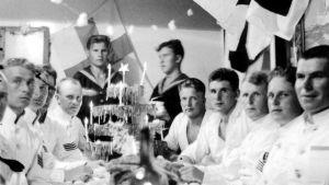 Joulunviettoa Suomen Joutsenella vuonna 1936. Kuva: Viljo Kyyrä.