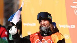 Enni Rukajärvi tuulettaa olympiapronssia Koreassa.