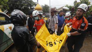 Pelastustyöntekijöitä Pandeglangissa Indonesiassa.