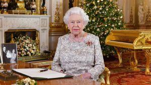 Kuningata Elisabet joulupuheensa aluksi.
