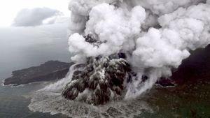Anak Krakatau -tulivuoren purkaus ilmasta kuvattuna.