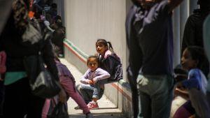 Keskiamerikkalaisia siirtolaisia pyrkimässä Yhdysvaltoihin Garita El Chaparralin raja-asemalla Meksikossa.