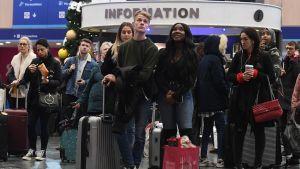 Odottavia ihmisiä juna-asemalla.