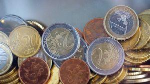 Euron kolikoita kasassa.