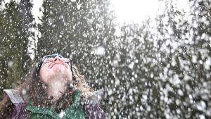 iloinen nainen lumisateessa