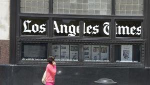 Ikkunoissa lukee teksti Los Angeles Times, lisäksi ikkunoissa sanomalehtiä.