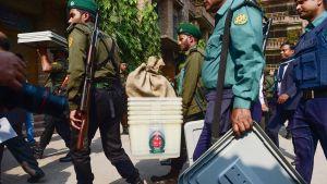 Turvallisuusviranomaiset kantoivat äänestysmateriaalia Dhakassa 29. joulukuuta.