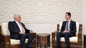 Syyrian presidentti Bashar al-Assad (oik.) tapasi lauantaina Irakin kansallisen turvallisuusneuvonantajan Faleh al-Fayadin Syyrian pääkaupungissa Damaskoksessa.