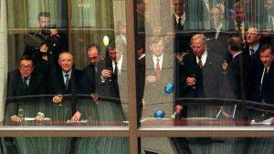 Virkamiehiä lasit kädessä.