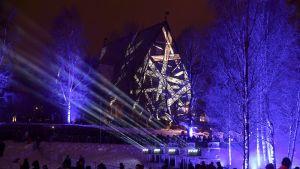 1400-luvulla rakennettu Tuomiokirkko juhlavalaistiin Espoon uudenvuoden juhlassa 31. joulukuuta 2018. Espoo on Suomen ensimmäinen kaupunki, jossa laservaloshow korvaa perinteiset ilotulitteet uudenvuoden juhlinnassa.