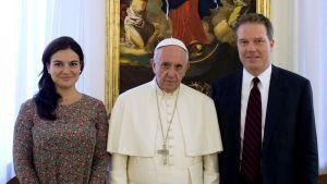 Vatikaanin tiedotustoimiston apulaisjohtaja Paloma Garcia Ovejero, paavi Franciscuc ja tiedotustoimiston johtaja Greg Burke marraskuussa 2016.