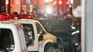Poliisiautojen ja ambulanssien valot vilkkuvat Tokion yössä.