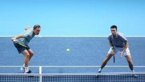 Henri Kontinen ja John Peers lyövät palloa.