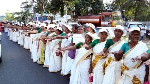 Miljoonat Intialaisnaiset osoittavat mieltään ojentamalla kätensä, mikä osoittaa heidän tukevan uusia arvoja.