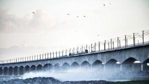 Kuva Ison-Beltin sillalta. Myrskyää rajusti.