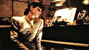 Näyttelijätär Sean Young pianon ääressä.