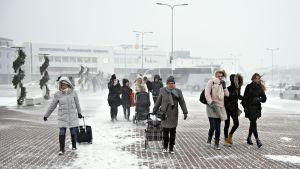 Risteilymatkustajat tulevat ulos Tallinnan sataman A-terminaalista keskiviikkkona 2. tammikuuta 2019.