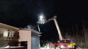 Palokunta joutui repimään kattoa päästäkseen sammutustöihin.