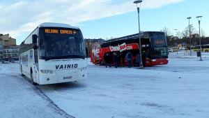 Linja-autoja Turun linja-autoasemalla.