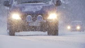 Autoja lumisateessa