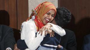 Ilhan Omar iloitsi valan vannomisen jälkeen Yhdysvaltojen kongressissa 3. tammikuuta.