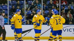 Ruotsin pelaajia jäällä jääkiekon alle 20-vuotiaiden MM-kisoissa