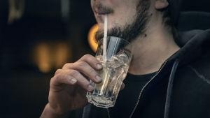 Maissista tehdään muovipilleille korvaajia. Kuva ravintola Freetimesta Jyväskylästä